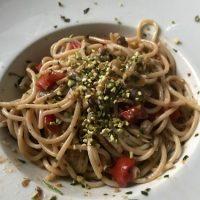 Spaghetti alle vongole, pistacchi e pomodorini
